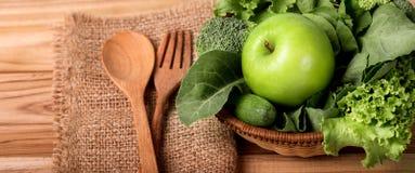 Feche acima da maçã verde com um vegetal verde misturado para o saudável Fotografia de Stock Royalty Free
