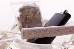 Feche acima da marijuana e da parafernália de fumo Fotos de Stock