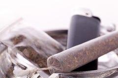 Feche acima da marijuana e da parafernália de fumo Fotografia de Stock Royalty Free