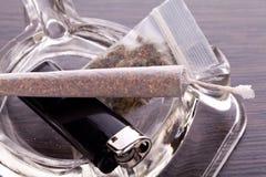 Feche acima da marijuana e da parafernália de fumo Imagens de Stock