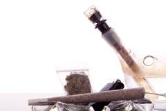 Feche acima da marijuana e da parafernália de fumo Imagens de Stock Royalty Free