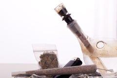 Feche acima da marijuana e da parafernália de fumo Fotos de Stock Royalty Free