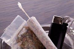 Feche acima da marijuana e da parafernália de fumo Fotografia de Stock