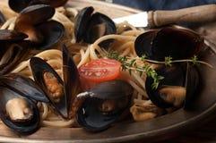 Feche acima da massa italiana tradicional saboroso e dos mexilhões fotografia de stock royalty free