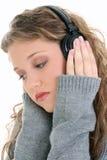 Feche acima da menina adolescente bonita que escuta auscultadores Foto de Stock Royalty Free