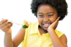 Feche acima da menina africana que recusa vegetais imagem de stock royalty free