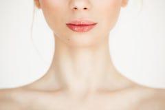 Feche acima da menina bonita do nude com pele saudável limpa sobre o fundo branco Copie o espaço Cosmetologia e TERMAS Imagens de Stock Royalty Free
