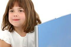 Feche acima da menina idosa de cinco anos com portátil Fotografia de Stock