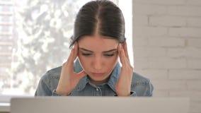 Feche acima da moça com dor de cabeça no local de trabalho vídeos de arquivo