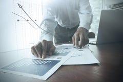 Feche acima da mão do homem de negócio que trabalha no portátil Foto de Stock Royalty Free