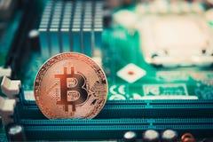 Feche acima da moeda cripto da moeda dourada do bitcoin Foto de Stock