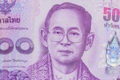 Feche acima da moeda de Tailândia, baht tailandês com as imagens do rei de Tailândia Denominação de 500 bahts Foto de Stock Royalty Free