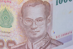 Feche acima da moeda de Tailândia, baht tailandês com as imagens do rei de Tailândia Denominação de 1000 bahts Imagem de Stock Royalty Free