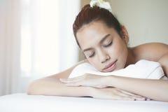 Feche acima da mulher asiática nova atrativa que dorme durante a obtenção do tratamento dos termas fotos de stock