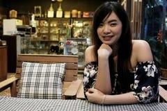Feche acima da mulher asiática nova no restaurante foto de stock