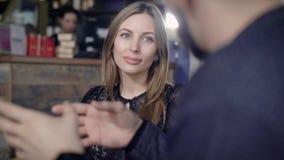 Feche acima da mulher bonita com cabelo justo longo que passa o tempo livre no restaurante Senhora adorável com composição natura filme