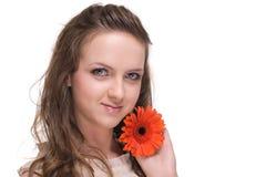 Feche acima da mulher bonita com flor alaranjada Fotografia de Stock