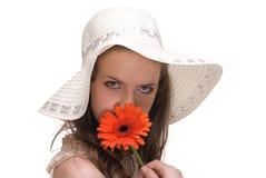 Feche acima da mulher bonita nova com chapéu e flor imagens de stock