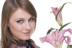 Feche acima da mulher bonita nova com flor Imagem de Stock