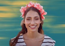 Feche acima da mulher com as flores no cabelo contra o fundo amarelo e azul obscuro Foto de Stock Royalty Free
