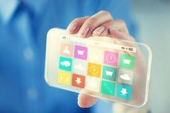 Feche acima da mulher com menu transparente do smartphone Imagens de Stock