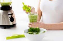 Feche acima da mulher com misturador e o batido verde Imagem de Stock
