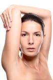 Feche acima da mulher com os braços acima da cabeça Fotografia de Stock