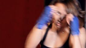 Feche acima da mulher com trainig dos handwraps do encaixotamento filme