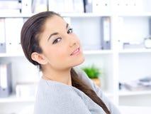 Feche acima da mulher consideravelmente longa do cabelo no escritório imagens de stock royalty free