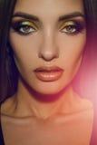 Feche acima da mulher da beleza com multicolorido compõem a vista da câmera foto de stock