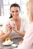 Feche acima da mulher de negócios feliz com copo à disposição Imagem de Stock Royalty Free