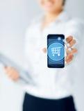 Feche acima da mulher de negócios que mostra o smartphone Fotografia de Stock