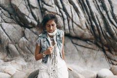 Feche acima da mulher denominada boho na praia tropical Imagens de Stock