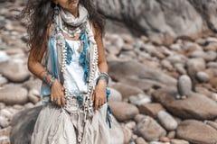 Feche acima da mulher denominada boho na praia tropical com pebbl branco foto de stock