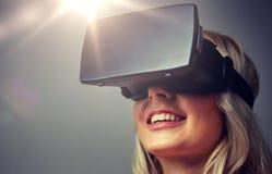 Feche acima da mulher em auriculares da realidade virtual Imagem de Stock