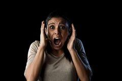 Feche acima da mulher latino atrativa nova do retrato que grita gritar desesperado na emoção primordial do medo Fotografia de Stock Royalty Free