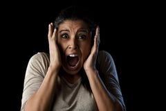 Feche acima da mulher latino atrativa nova do retrato que grita gritar desesperado na emoção primordial do medo imagem de stock