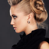 Feche acima da mulher loura com penteado da forma Imagem de Stock Royalty Free