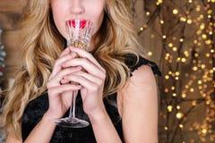 Feche acima da mulher loura nova com um vidro do champanhe Foto de Stock Royalty Free