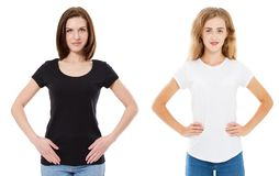 Feche acima da mulher no t-shirt branco e preto vazio Trocista acima do tshirt isolado no branco Menina na camisa à moda de t imagens de stock