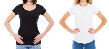 Feche acima da mulher no t-shirt preto e branco vazio Trocista acima do tshirt isolado no branco Menina na camisa ? moda de t imagens de stock royalty free