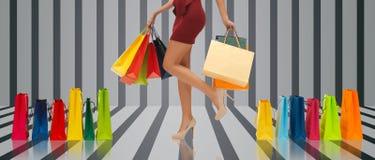 Feche acima da mulher nos saltos altos com sacos de compras Imagens de Stock Royalty Free