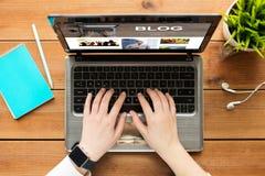 Feche acima da mulher que blogging no portátil fotos de stock royalty free