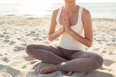 Feche acima da mulher que faz exercícios da ioga fora Imagem de Stock