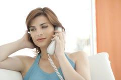 Feche acima da mulher que faz um atendimento de telefone Fotos de Stock Royalty Free