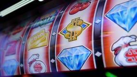 Feche acima da mulher que joga o slot machine dentro do casino do hard rock video estoque