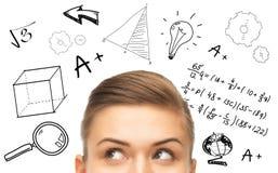 Feche acima da mulher que olha às garatujas matemáticas Fotografia de Stock
