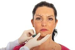 Feche acima da mulher que recebe a injeção do botox Fotografia de Stock