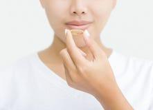 Feche acima da mulher que toma a cápsula da vitamina Imagem de Stock Royalty Free