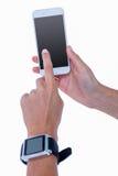 Feche acima da mulher que usa seu smartphone e vestindo o smartwatch Imagens de Stock Royalty Free